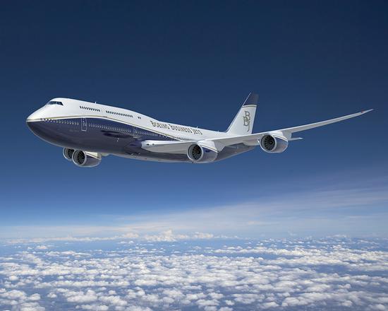 Один из представителей Боингов ещё в ливрее Boeing Business Jet